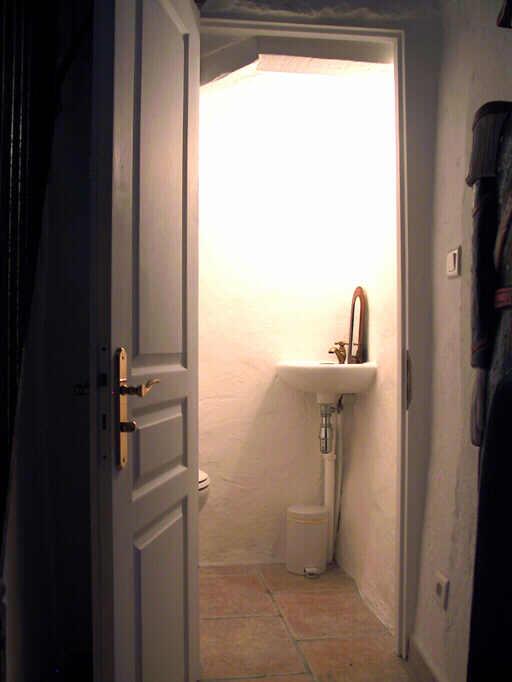Küche, galerie und keller   die toilette unter der treppe